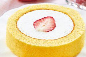 ローソンのロールケーキの日奇数月はロールケーキいちご乗せ